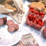 Pain, saucisson, tomates et fromage